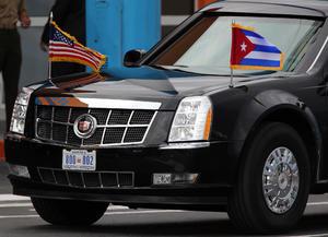 En el aeropuerto lo esperaba su vehículo oficial con las banderas de Estados Unidos y Cuba.