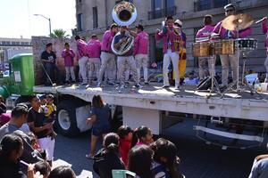 Los músicos pusieron ambiente al recorrido y entre el público.