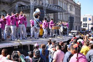 La música fue parte esencial del contingente.