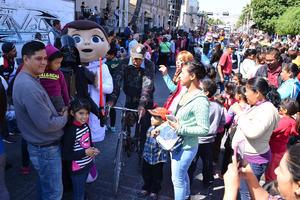 Laguneros se mostraron alegres con el desfile.