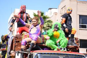 Luchadores participaron luciendo sus singulares vestimentas.