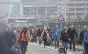 Miles de viajeros tuvieron que salir caminando del aeropuerto, luego de las dos explosiones que destruyeron varias ventanas e instalaciones.