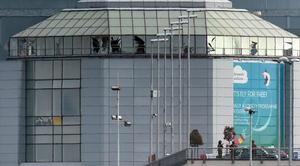 La fachada del aeropuerto resultó dañada.
