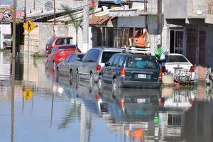 Los vecinos han sufrido por la inundación de aguas negras.