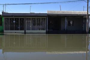 Las quejas no se hicieron esperar y varios de ellos publicaron en redes sociales, fotos de la inundación y hubo reportes al Simas que envió personal a trabajar desde las cuatro de la mañana.