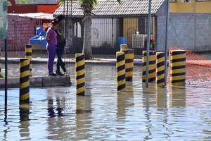 El brote de aguas negras dejó imposibilitado al acceso a 100 viviendas y negocios.