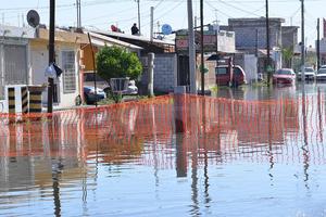 La madrugada de hoy, vecinos de Ciudad Nazas amanecieron con sus calles inundadas y no precisamente porque haya llovido.