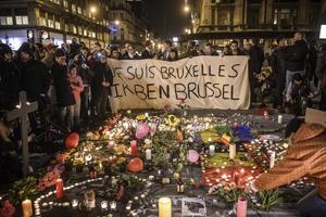 Cientos se reunieron, mientras tanto, en la plaza Bourse de Bruselas.