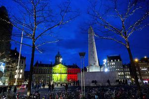 El Palacio Real y la plaza Dam de Amsterdam también fueron iluminados con los colores de la bandera de Bélgica.