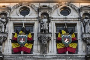 Banderas belgas colgaron del edificio de la Alcaldía de París.