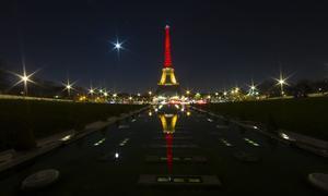 La torre Eiffel fue iluminada con los colores de la bandera nacional belga.