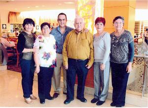20032016 EN RECIENTE FESTEJO.  Los hermanos Jorge, Irma, Olga, Silvia y Elvira Rivera Villalpando y su sobrino, Jorge Rivera Mendoza.
