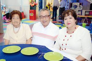 21032016 RECIENTE FESTEJO.  María Rosario, Raúl y Susana.