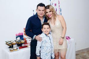 21032016 FELIZ CUMPLEAñOS.  Norma Fierro celebró su cumpleaños en compañía de su esposo, Raúl, y su hijo, Santiago.