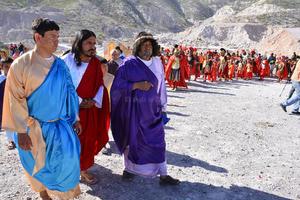 Jesús acompañado de sus discípulos.