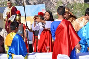 El actor representando a Jesús en el momento en el que toma del cáliz.