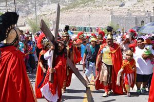 La multitud observa como es golpeado Jesús.