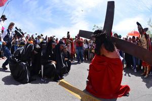 En una de las fotografías se muestra el momento en que Jesús está inclinado en frente de María.