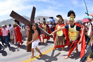 'Viacrucis' teniendo como significado 'camino de la cruz' fue el recorrido que hizo Jesús antes de su muerte.