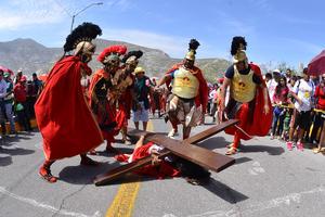 Durante el camino, los soldados romanos se burlan de Jesús, golpeándolo con fuerza y torturándolo.