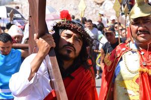 Además de cargar la cruz, Jesús recibe una corona de espinas de los soldados romanos en señal de burla.