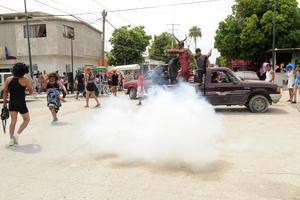 Decenas de familias se congregaron para ver la quema de varias piñatas.