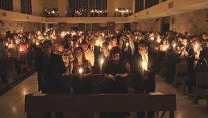 Aespués se renuevan las promesas bautismales, y finalmente con la celebración de la Eucaristía.