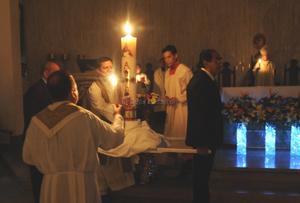 En el llamado Sábado de Gloria, en todas las iglesias de la región y de todo el mundo, se realizó la celebración.