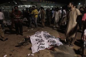 El suicida hizo explotar las bombas que llevaba en el estacionamiento del parque Gulshan Iqbal, en las cercanías de una zona de juego infantil.