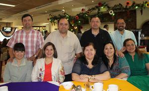 27032016 FESTEJO EN FAMILIA.  Marlene Rivas de Mireles con sus hijos, Jorge Alberto, Joel Aarón, Carlos Fernando, Jaime Saúl y Sergio Iván Mireles acompañados de sus esposas.