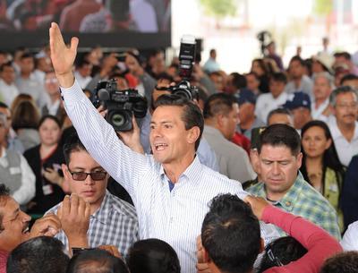 A su paso, el mandatario saludó a los cientos de asistentes que se dieron cita.