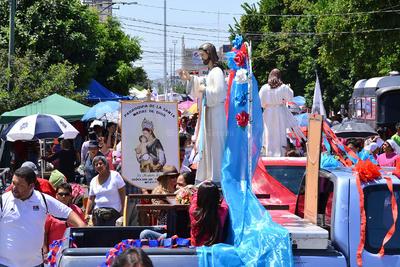 Cientos de laguneros celebraron la fiesta de la Divina Misericordia.