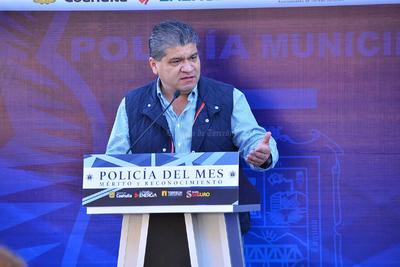 """""""Los empresarios pueden apoyar en mucho a incentivar a los policías que son ciudadanos de valor y como ellos mismos lo aseguran:es un orgullo ser policía"""", mencionó el alcalde."""