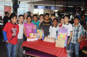 03042016 FELIZ CUMPLEAñOS.  Aarón Roberto López Campos, acompañado de sus amigos, en su cumpleaños número 12.