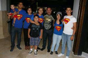 03042016 FANS.  Familia Palacios en la premier de Batman v Superman.