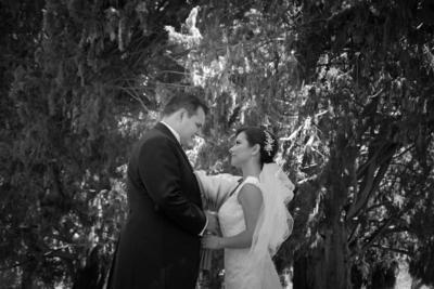 03042016 Ricardo y Lorena Gabriela captados en una fotografía de estudio el día de su boda.