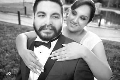 03042016 Kathia y Cristian en una fotografía de estudio el día de su boda.- JC Estudio