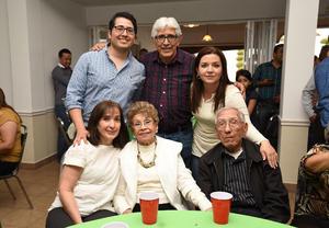05042016 CONVIVENCIA.  Mela y Efraín Ruiz con la Familia Rivera Aspiazu.