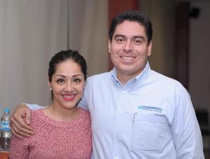 08042016 EN UNA CONFERENCIA.  Wendy y Alonso.