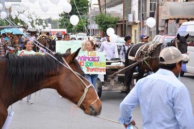 Las calles del Centro de Torreón se llenaron de carromatos acompañados de activistas.