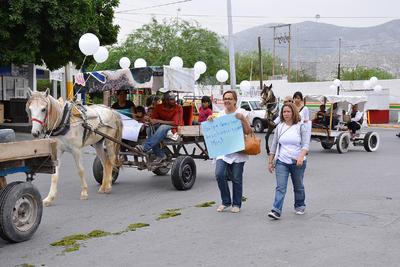 A bordo de carromatos y a pie, laguneros caminaron rumbo a la Plaza Mayor para entregar el proyecto.
