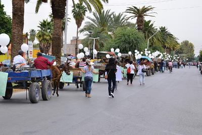 Los participantes alzaron carteles y globos blancos.