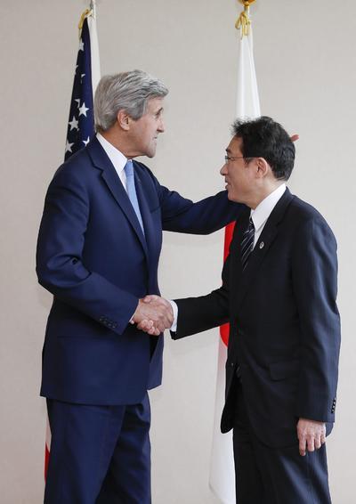 Kerry fue recibido por Fumio Kishida, ministro de relaciones exteriores de Japón.