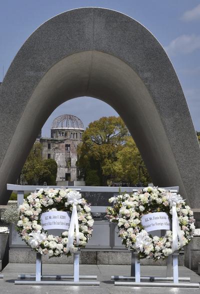 Colocó una corona de flores en el monumento de arcos de piedra que está junto al parque, desde donde se alcanza a ver el emblemático Domo de la Bomba Atómica.