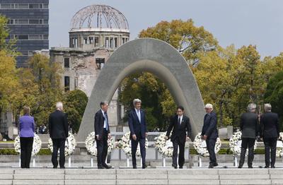 Kerry visitó el monumento por la paz junto a otros ministros del exterior del Grupo de los Siete países más industrializados.