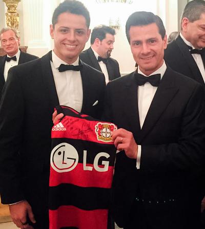 Peña Nieto también aprovechó su visita a Alemania para reunirse con Javier 'Chicharito' Hernández, delantero del Bayer Leverkusen.