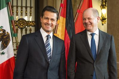El presidente mexicano Enrique Peña Nieto ( es recibido por el alcalde de Hamburgo Olaf Scholz durante un acto en el ayuntamiento de dicha ciudad en Alemania.