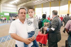 13042016 ASISTEN A EXPO CANINA.  Rodrigo y Emiliano.