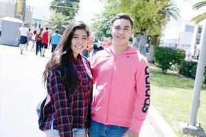 13042016 EN PASEO COLóN.  Mariana y Kevin.