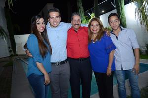 15042016 ONOMáSTICO.  Arturo Galarza con su esposa Graciela e hijos Yerilyn, Erving y Brian.
